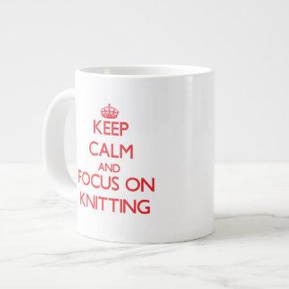 Guarde la calma y el foco en hacer punto taza grande