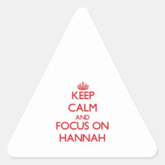 Guarde la calma y el foco en Hannah Pegatina Triangular