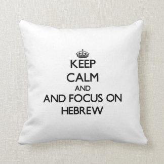 Guarde la calma y el foco en hebreo almohada