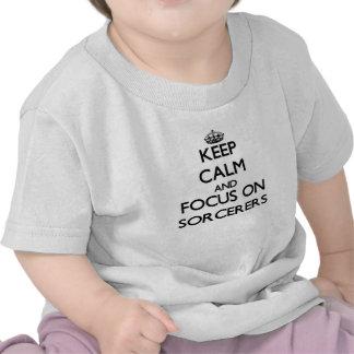 Guarde la calma y el foco en hechiceros camisetas