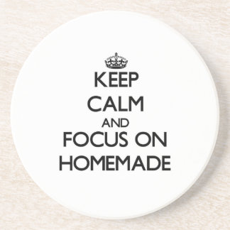 Guarde la calma y el foco en hecho en casa posavasos personalizados