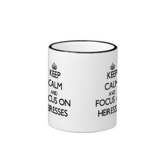 Guarde la calma y el foco en herederas taza