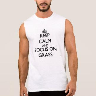 Guarde la calma y el foco en hierba camisetas sin mangas
