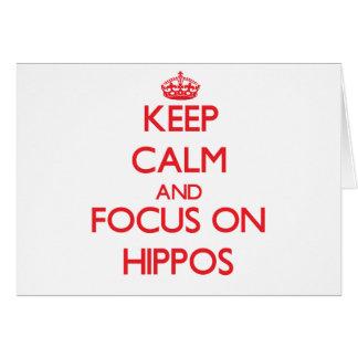 Guarde la calma y el foco en hipopótamos tarjeta de felicitación