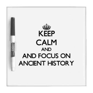 Guarde la calma y el foco en historia antigua pizarras blancas