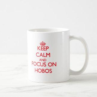 Guarde la calma y el foco en hobos taza básica blanca