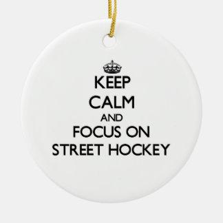 Guarde la calma y el foco en hockey de la calle adorno redondo de cerámica