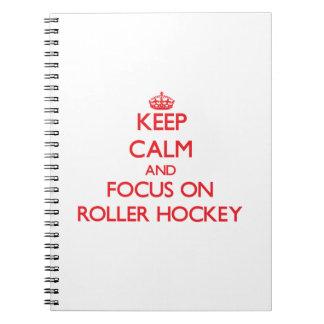 Guarde la calma y el foco en hockey del rodillo libreta