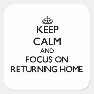 Guarde la calma y el foco en hogar de vuelta pegatina cuadrada
