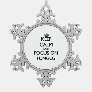 Guarde la calma y el foco en hongo adorno de peltre en forma de copo de nieve