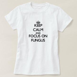 Guarde la calma y el foco en hongo camisas