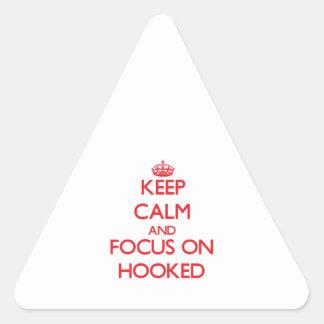 Guarde la calma y el foco en Hooked Pegatina Triangular
