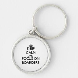 Guarde la calma y el foco en huéspedes llavero personalizado
