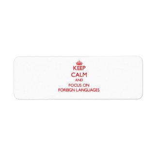 Guarde la calma y el foco en idiomas extranjeros etiquetas de remite