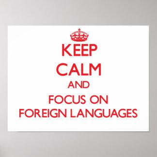Guarde la calma y el foco en idiomas extranjeros póster