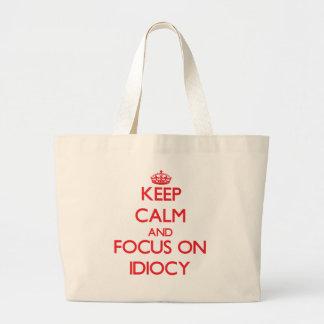 Guarde la calma y el foco en idiotez bolsas