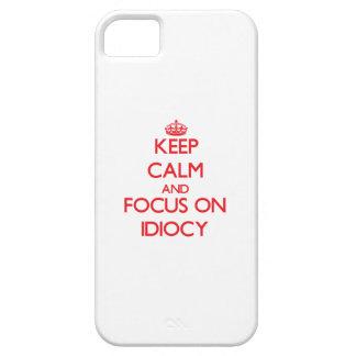 Guarde la calma y el foco en idiotez iPhone 5 Case-Mate funda
