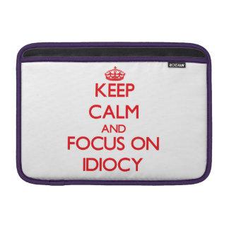 Guarde la calma y el foco en idiotez funda macbook air