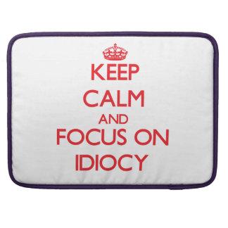 Guarde la calma y el foco en idiotez funda para macbook pro