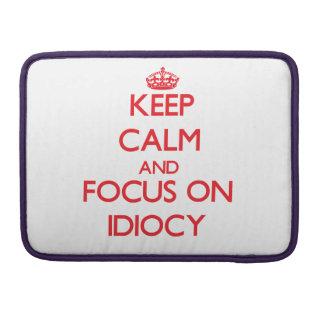 Guarde la calma y el foco en idiotez fundas macbook pro