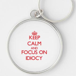 Guarde la calma y el foco en idiotez llavero personalizado