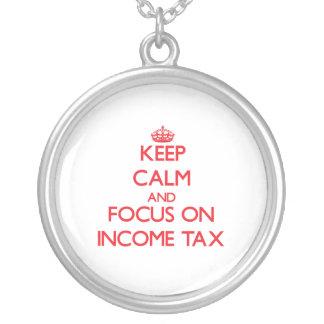 Guarde la calma y el foco en impuesto sobre la ren colgantes personalizados