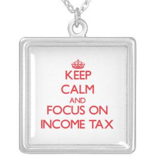 Guarde la calma y el foco en impuesto sobre la ren colgante personalizado