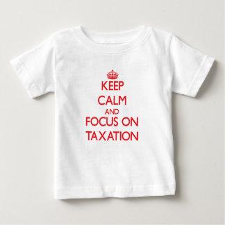 Guarde la calma y el foco en impuestos t-shirt