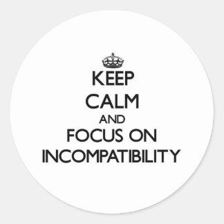 Guarde la calma y el foco en incompatibilidad pegatina redonda