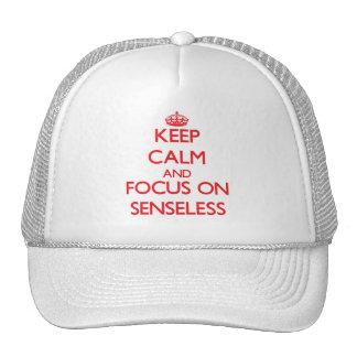 Guarde la calma y el foco en inconsciente gorras de camionero