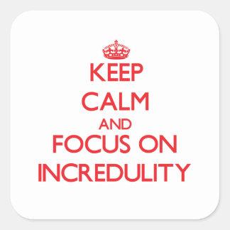Guarde la calma y el foco en incredulidad calcomanías cuadradass