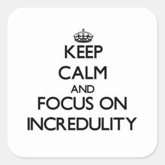 Guarde la calma y el foco en incredulidad calcomanías cuadradas personalizadas