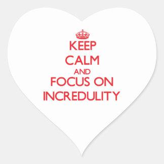 Guarde la calma y el foco en incredulidad pegatina corazon