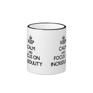 Guarde la calma y el foco en incredulidad taza