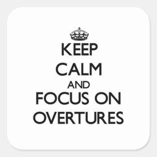 Guarde la calma y el foco en insinuaciónes pegatinas cuadradas personalizadas