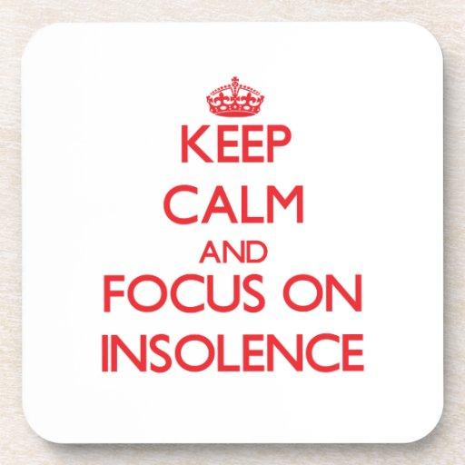 Guarde la calma y el foco en insolencia posavaso