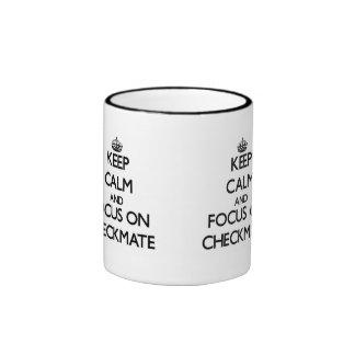 Guarde la calma y el foco en jaque mate taza de café