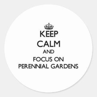Guarde la calma y el foco en jardines perennes etiqueta redonda