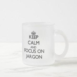 Guarde la calma y el foco en jerga tazas de café