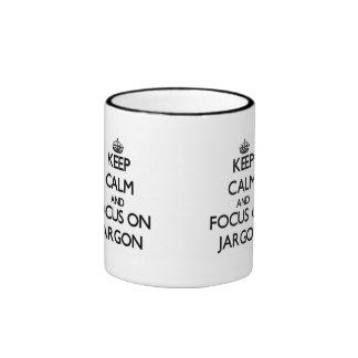 Guarde la calma y el foco en jerga tazas