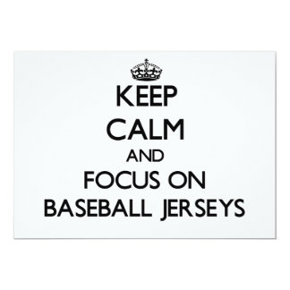 """Guarde la calma y el foco en jerseys de béisbol invitación 5"""" x 7"""""""