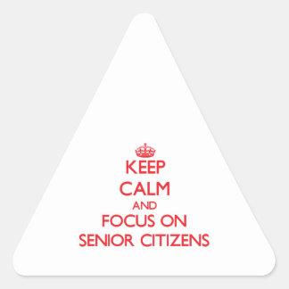 Guarde la calma y el foco en jubilados calcomanía triangulo personalizadas