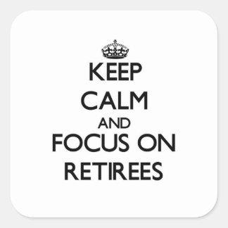 Guarde la calma y el foco en jubilados pegatinas cuadradas personalizadas