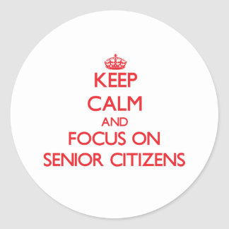 Guarde la calma y el foco en jubilados pegatinas redondas