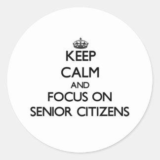 Guarde la calma y el foco en jubilados pegatina redonda