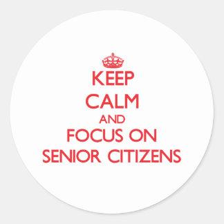 Guarde la calma y el foco en jubilados etiqueta redonda