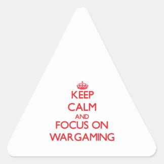 Guarde la calma y el foco en juegos de guerra pegatinas trianguladas