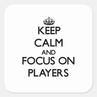 Guarde la calma y el foco en jugadores calcomanias cuadradas