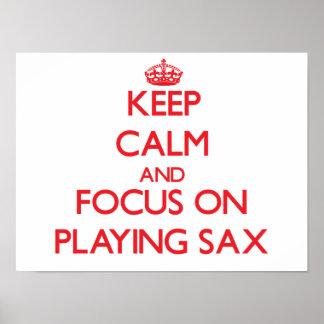 Guarde la calma y el foco en jugar el saxofón póster