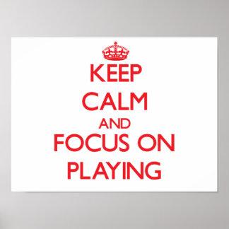 Guarde la calma y el foco en jugar posters